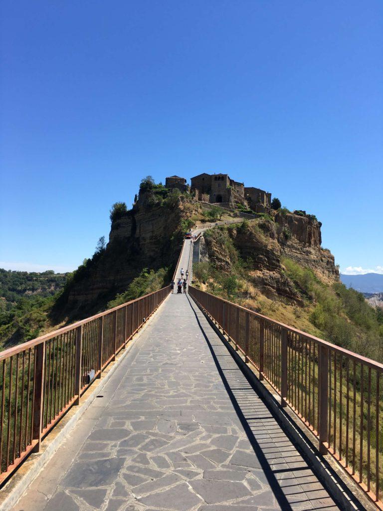 チヴィタへ続く唯一の橋