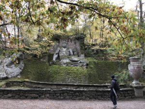 ボマルツォ公園の苔むした彫刻