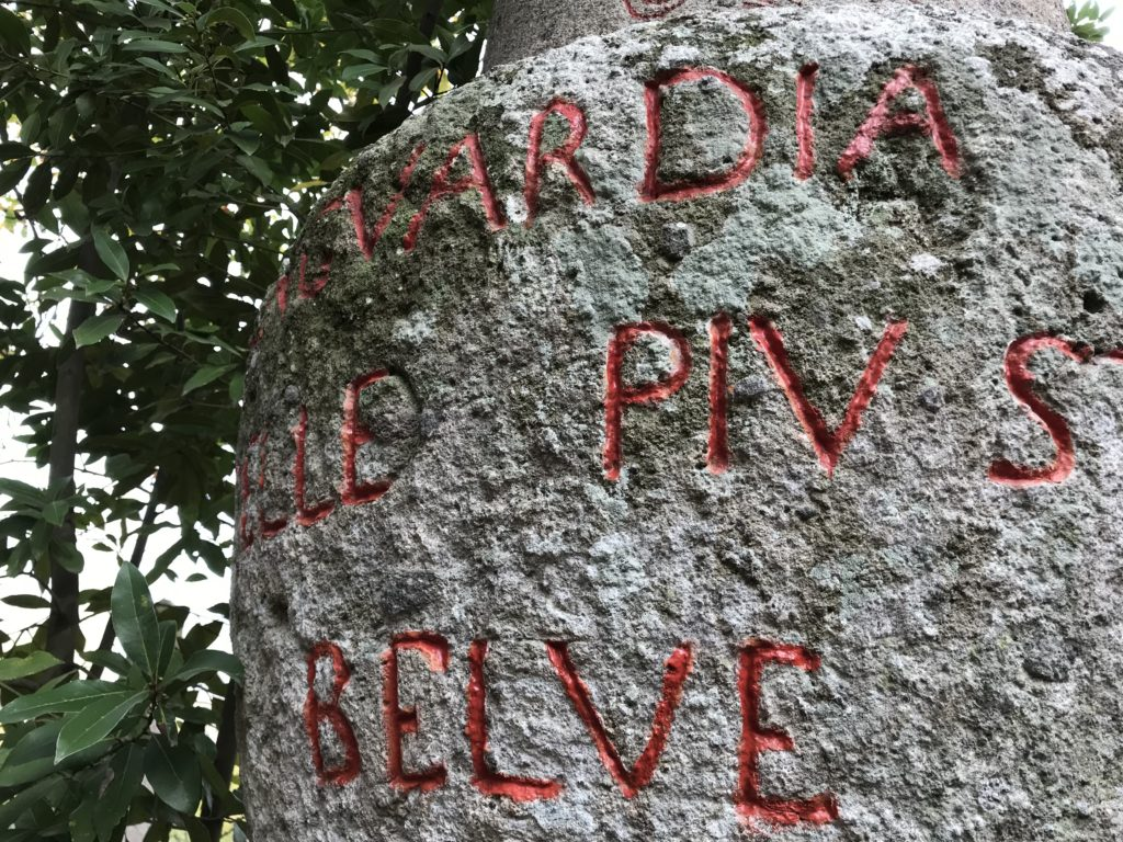 石に彫られた赤色の文字