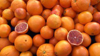 山積みの生のフレッシュなオレンジ