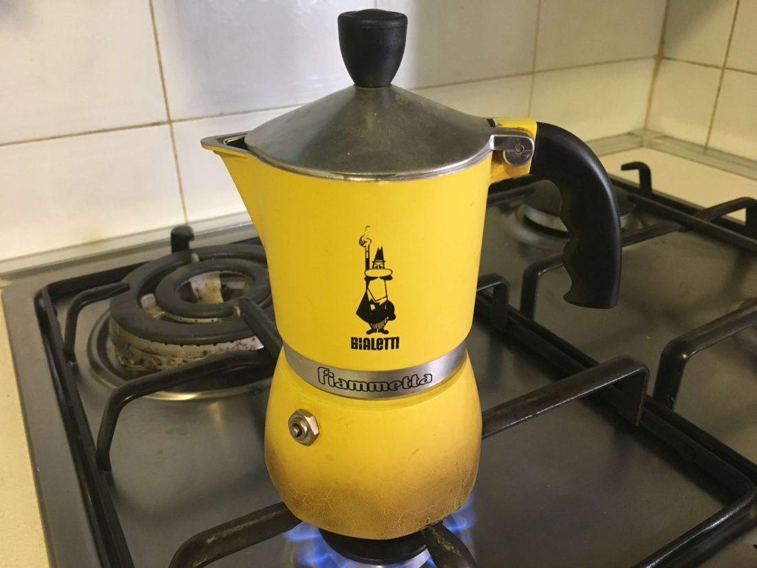 火にかけたマッキネッタでコーヒーを作っている