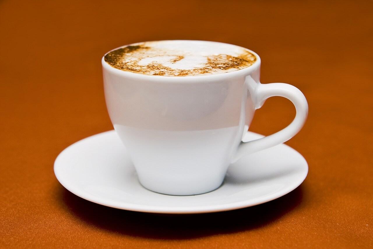 カプチーノが入った真っ白いカップとソーサー