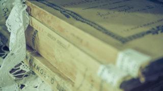 イタリア語の本が積み重ねられている写真