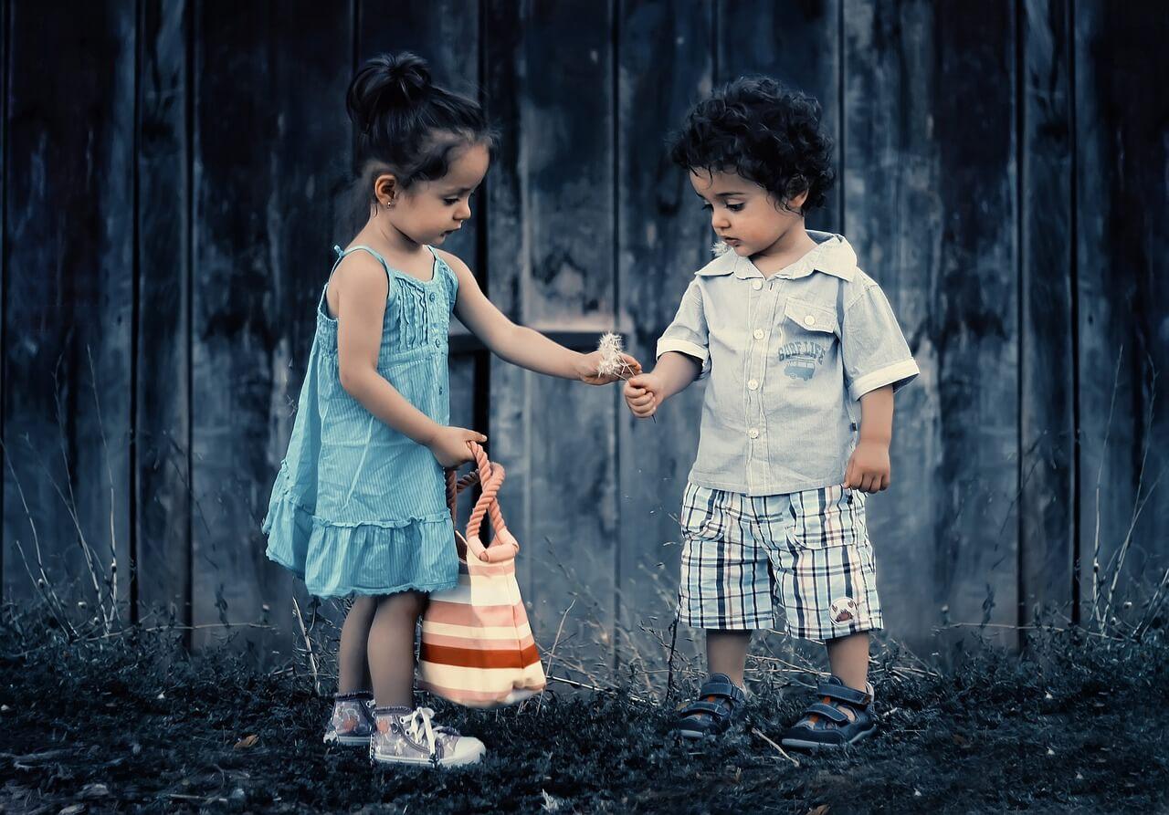 幼い少女と少年のコミュニケーション