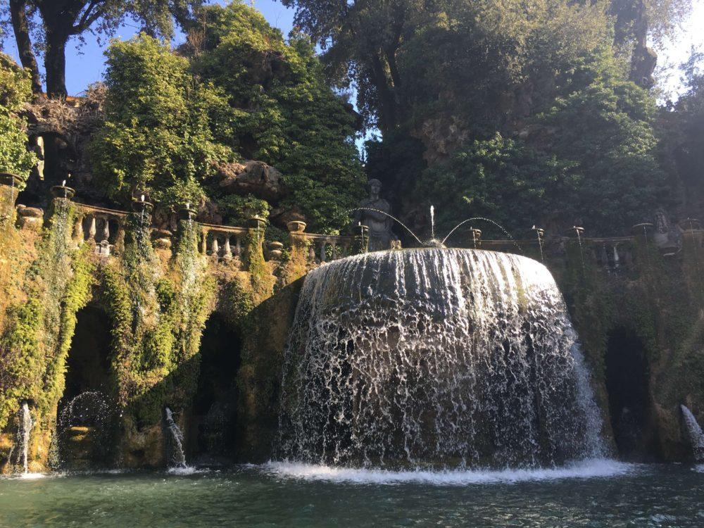 エステ家別邸にある楕円形の噴水