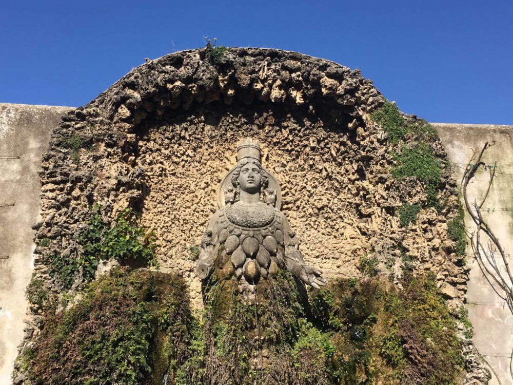たくさんの乳房を持つ多産の女神の噴水