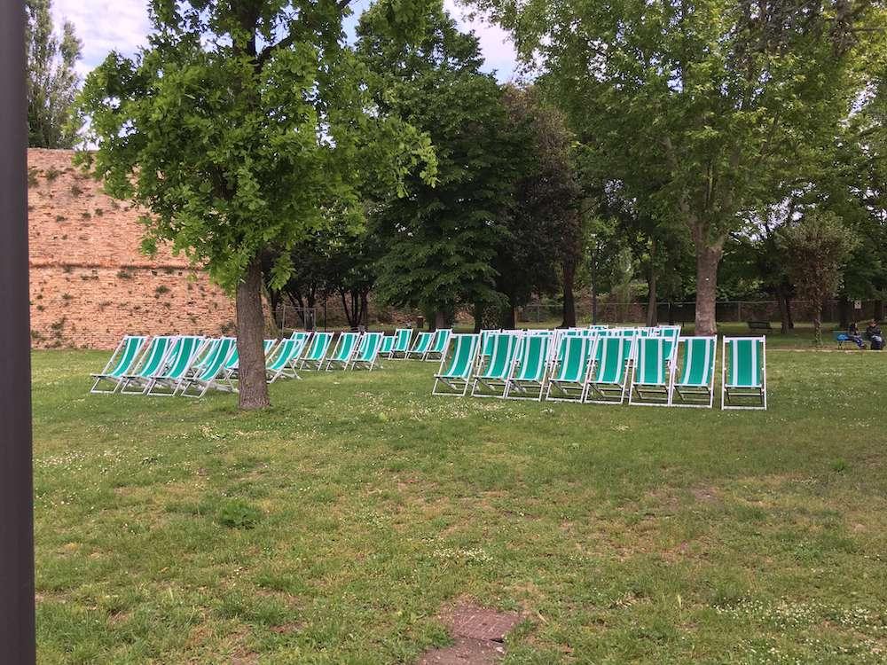 公園内でくつろぐための椅子