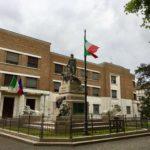 ラベンナ市内学校前の彫刻