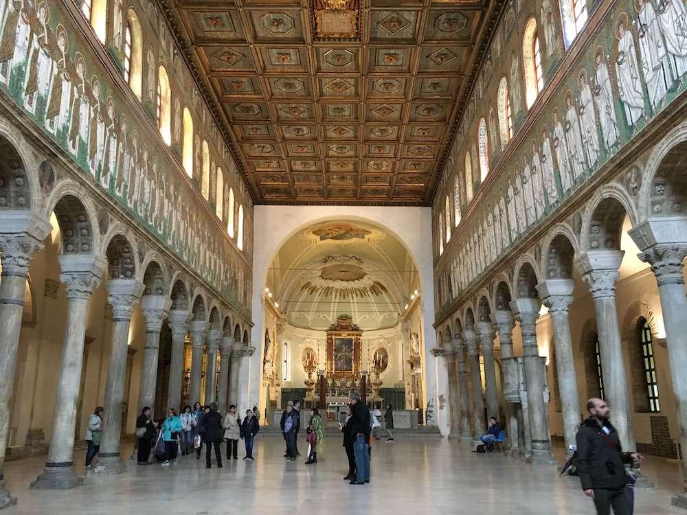 サンタッポリナーレ・ヌオボの内部