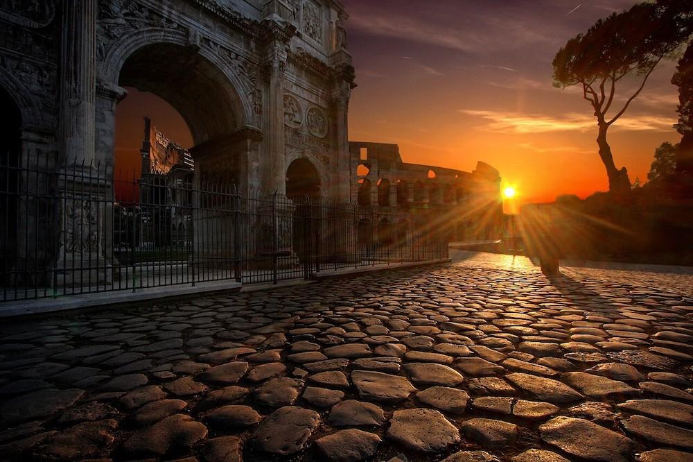 太陽に照らされたローマの道
