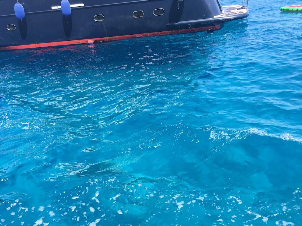 青色に光り輝く海
