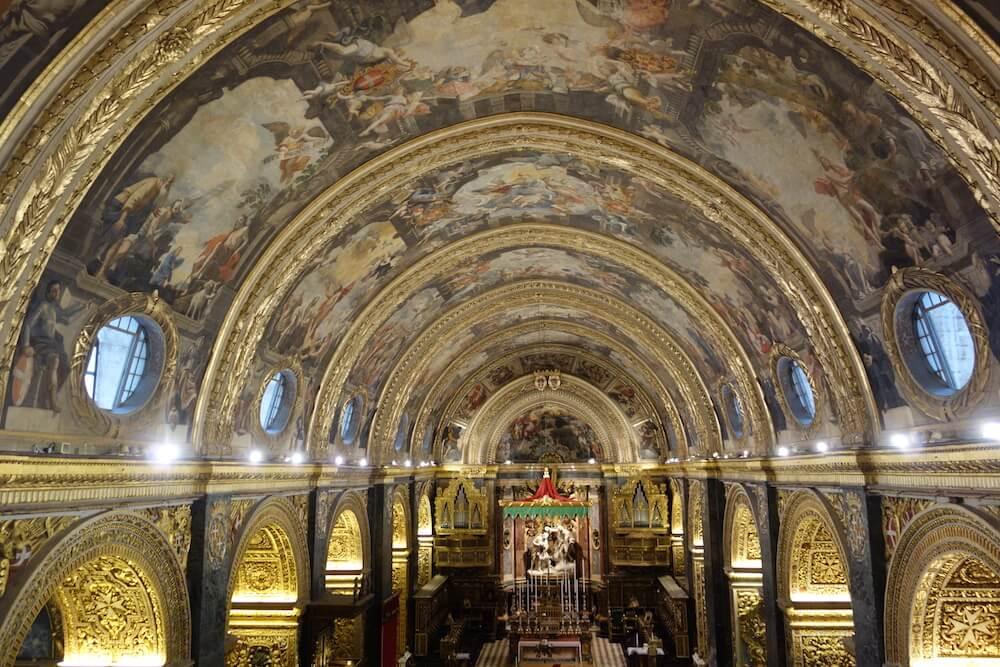 2階へ登ってみる大聖堂の天井