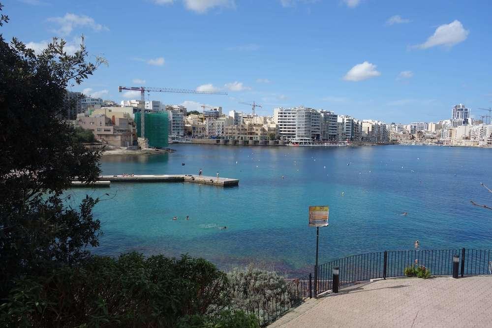 青く透き通る海水浴場