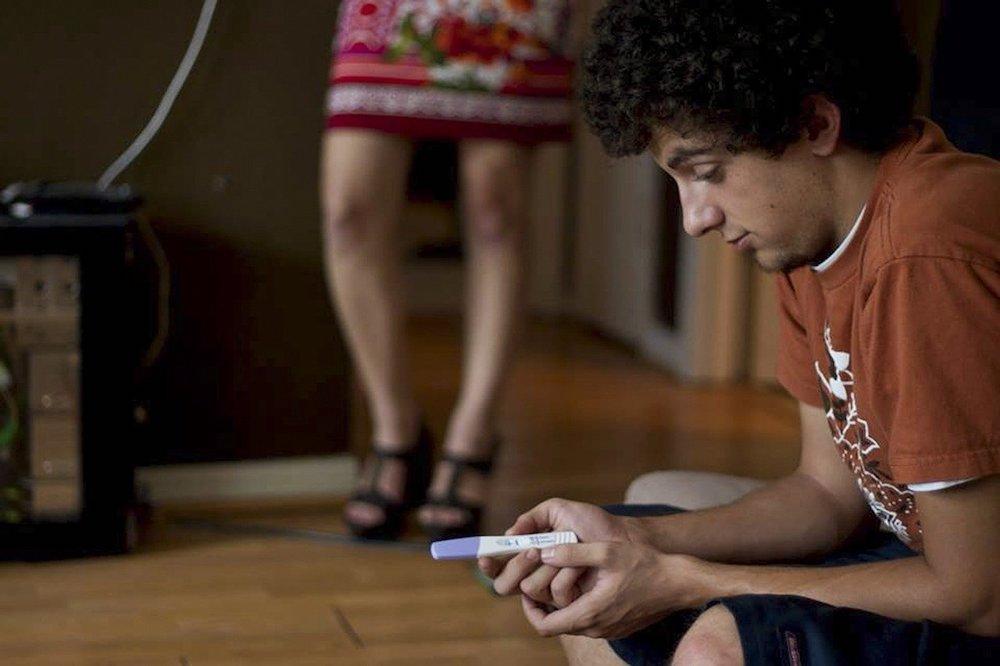 妊娠検査薬の結果を見る男性